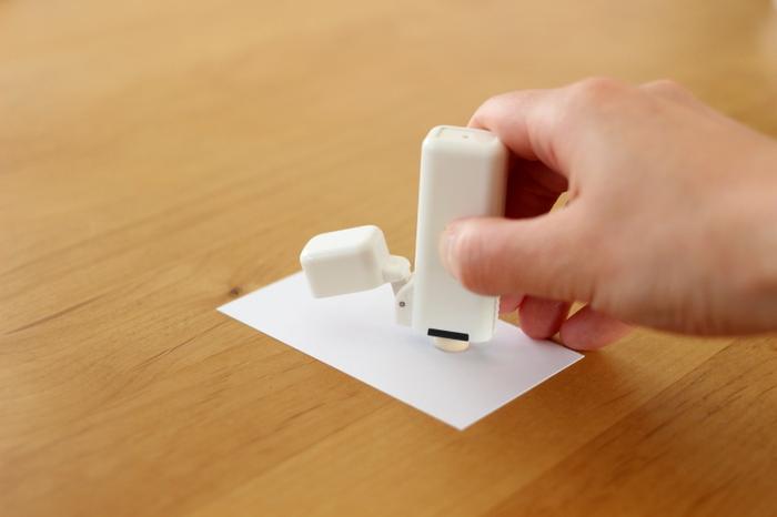 すでに朱肉を含んだ印鑑だから、ひっくり返してそのままポンっと印鑑を押せばOK。 すべての作業が片手で完結するから、インク浸透印のように手軽に使えます。