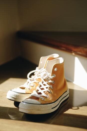 定番の一足と言っても過言ではないスニーカー。足の負担も少なく楽に履けて歩きやすいと感じている人はOKですが、ヒール靴を履いたときよりも、足が疲れた感覚になる人は要注意です。