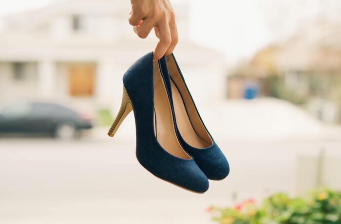 """高さのあるヒール靴だと、歩く際に体重が前にかかりやすく""""前傾姿勢""""になりがち。体はバランスを保とうとするために、骨盤を前傾させて反り腰の姿勢になるため、腰痛の原因につながることも。ヒール靴は毎日ではなく「休足日」を作りながら履くのが理想的です。"""