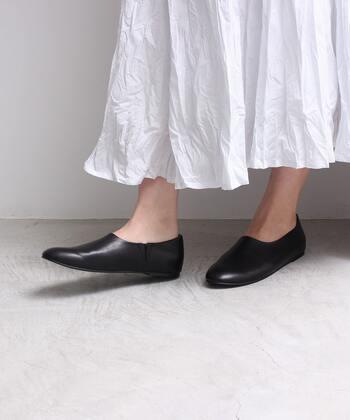 フラットシューズを履くときには、できるだけインソールを使用しましょう。また底に厚みが多少あるものを選ぶのが理想的です。また歩くときは足を引きずらないように意識することも大切です。