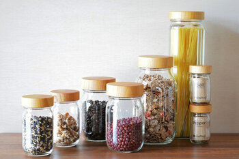 優しい手触りのケヤキの蓋とガラス瓶の組み合わせに温もりを感じる保存容器。並べて飾るなど「見せる収納」としてもおしゃれで、蓋は角砂糖などちょっとした受け皿代わりにも使えて便利です。