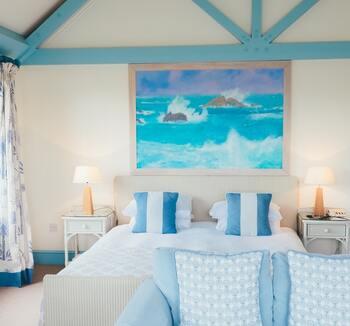 ハワイアンインテリアをつくるとき、まず意識したいのが色使いです。ハワイをイメージさせる海や砂浜、南国の植物などを思い浮かべながら色選びしてみましょう。まずはブルーを基調にしてホワイトをプラスすると明るく爽やかな印象に。
