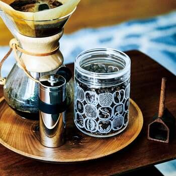レトロモダンなテキスタイルパターンがプリントされたガラス製のキャニスター。コーヒー豆などを入れると柄が浮かび上がるユニークなデザイン。ドリッパーやミルと一緒に並べると素敵です。