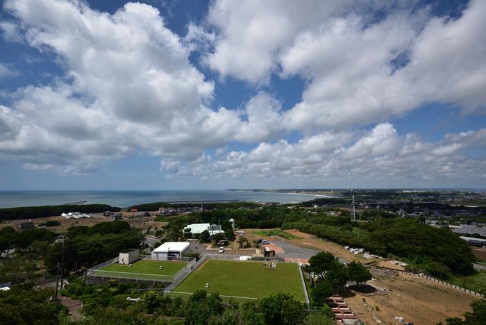 標高73.6mの愛宕山山頂にある「地球の丸く見える丘展望館」は、銚子を代表する絶景スポットのひとつです。屋上の展望スペースから遠くを見渡すと、その名のとおり地球が丸いことを実感できますよ。