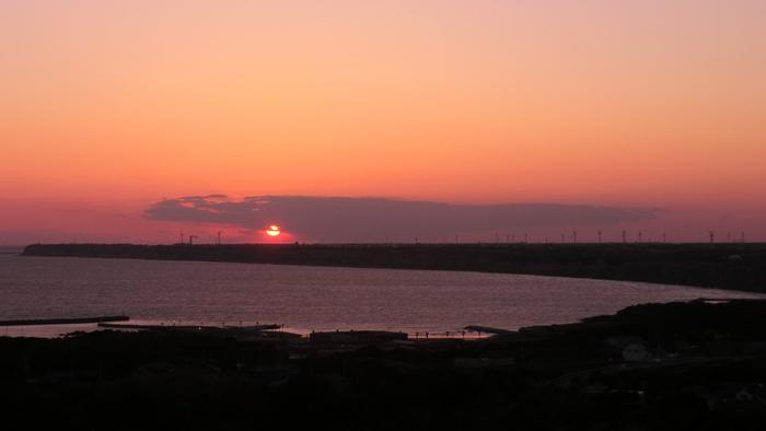九十九里浜に沈む夕日が見られるのも高台ならではの醍醐味。爽やかな昼間とはまた違うロマンチックな雰囲気です。