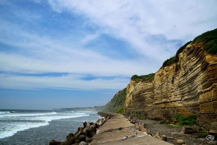 荒々しい断崖と海のコントラストは、江戸時代に歌川広重が浮世絵に描いたことでも知られています。夏の青空や冬の寒空など、季節や時間帯によって異なる表情を見せる自然の雄大さに圧巻です。