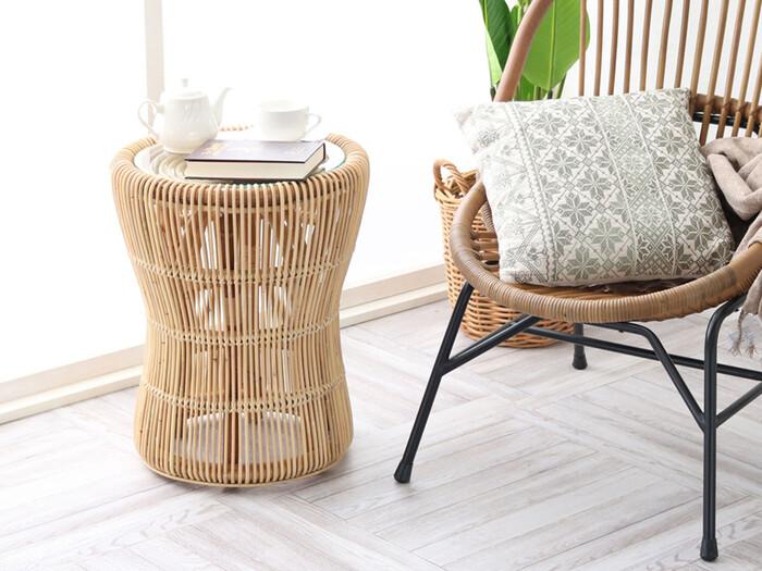 ハワイアンテイストの家具は、どこか懐かしさを感じる素朴な風合いが魅力。夏インテリアにもっぴたりなラタン、バンブー、ウォーターヒヤシンスなどの素材でつくられた家具や、チークやマホガニーなどの樹種でつくられた家具も良いですね。