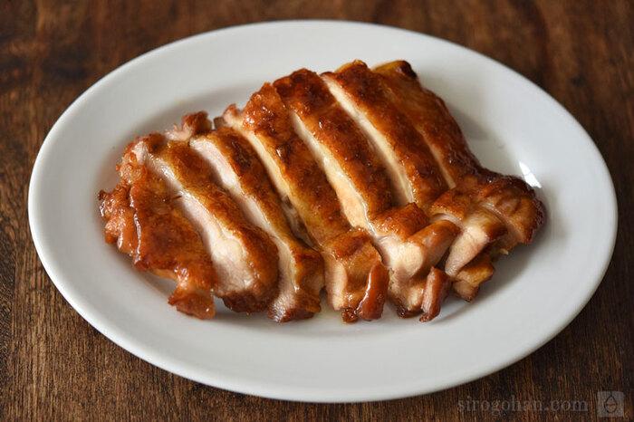 ぷりっとジューシーな「鶏の照り焼き」。フライパンで手軽に作れるレシピは覚えておきたいですね。煮詰めてとろみの出たたれを丁寧にかけてあげることで、しっかりと味が絡み付き、下漬けなしでも美味しく仕上がります。