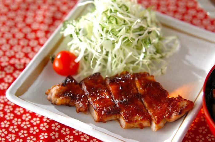 白ご飯に直接のせて食べたい「豚肉のみそ焼き」。しっかりめに味付けされた風味高いみそだれは、肉にしっかり絡まり、冷めてしまっても味わい深くパンチの利いたおかずですね。