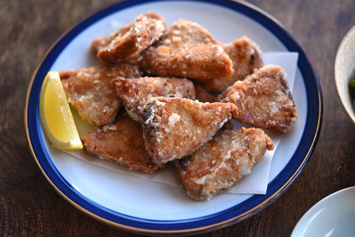魚嫌いでも食べられるかも!?醤油ベースで香ばしく揚げた「かつおの竜田揚げ」。臭み取りの生姜の他、からしチューブを入れることで感じられる、その風味とコクはやみつきになりそうです。