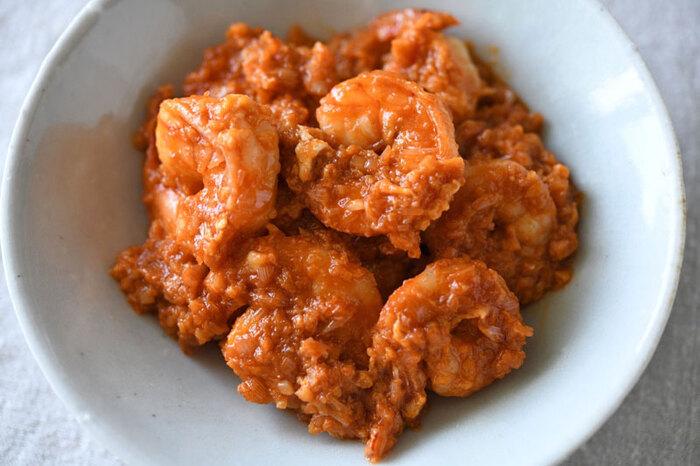 いくつでも頬張りたい「エビチリ」。素材を活かすため、豆板醬やがらスープは使用せず、ソースのとろみには溶きたまごを使うのがポイント。尾を付けたまま調理することで風味が一層増しますよ。