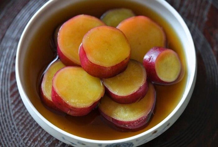 どこか懐かしい「さつまいもの田舎煮」。基本の調味料でシンプルに味付けされたさつまいもは、素朴で安心できるおかずです。きれいに発色する紫色と黄色がお弁当に彩りを添えてくれますね。