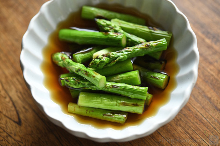 甘くてやわらかいお弁当の定番野菜「アスパラ」は焼き浸しに。軽く焦げ目が付くくらい焼いてあげることで風味が立って、一層美味しく感じられますよ。