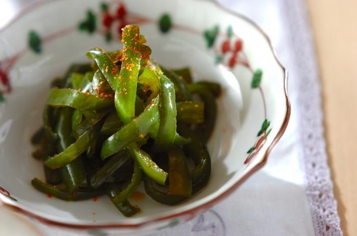 ピーマンだけで作れる「甘辛煮」。シンプルな味付けだから飽きることなく、無限に食べられるおかずです。七味の量を調節して、好みの辛さでどうぞ。