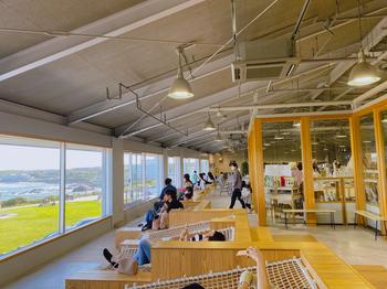 「キーズカフェ 犬吠テラス店」は、犬吠崎灯台に隣接する「犬吠テラステラス」の1階にあります。大きな窓からは海が一望でき、広い店内で思い思いの時間を過ごせます。