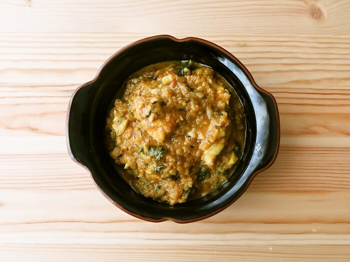 鶏もも肉のほか、さまざまなスパイスとトマトや玉ねぎ、ヨーグルトなどでできる簡単スパイスカレーです。小麦粉を使わないので低糖質。お昼にこれがあったらうれしいですね。