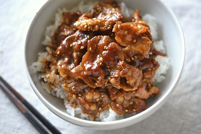 くせになる甘辛だれに箸が止まらない「焼き肉丼」。肉とたれをしっかり煮詰めていくので味が染み、かき込むように食べたい頬張りメニューです。海苔や生野菜と一緒にどうぞ。