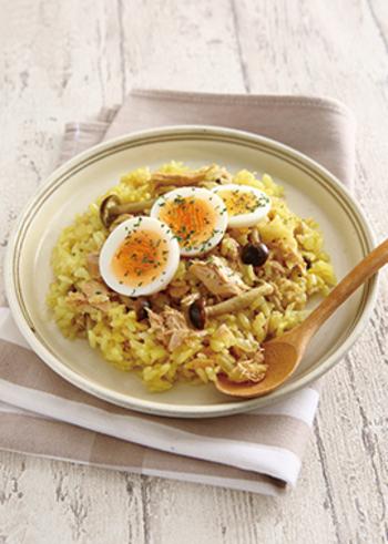 お弁当カレーのルゥ漏れが気になる方には「ツナとカレーの炊き込みご飯」。おしゃれなのに、身近な材料で作れるのはうれしいですね。お米の色をきれいに出してくれるターメリックがいい仕事をしてくれています。
