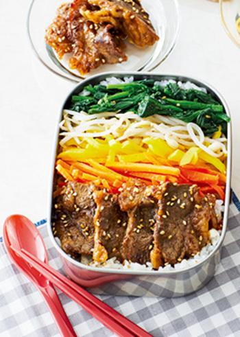 焼き肉気分をヘルシーに楽しめる「ビビンパ弁当」。シャキシャキ、こりこりと食感も楽しめるナムル野菜と、甘辛な焼き肉だれで味付けされた牛肉が華やかに盛り付けられて、それだけでもう美味しそう。