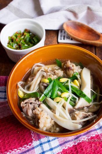 牛バラ肉と豆もやし、きのこなどがたっぷり入った焼肉屋さん風のスープ。ピリ辛ニラダレは別入れにすることで、味変できたり、子供でも食べやすくなります。