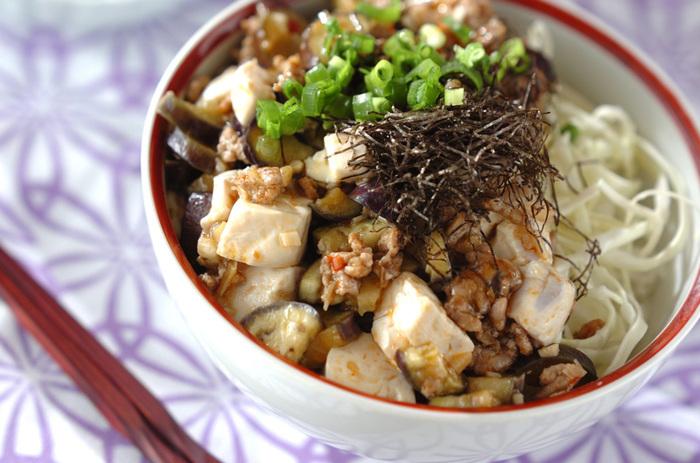 豪快にかき込みたくなる「麻婆丼」。こちらはまろやかな味付けのレシピですが、がつんと辛味が欲しいときは豆板醬の量を増やしてもOK。キャベツでご飯を嵩増しすればダイエット中にもよさそうですね。