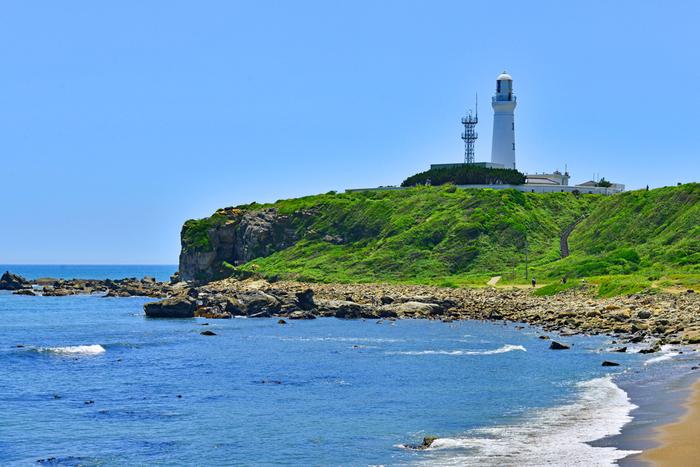 """銚子半島の最東端にある犬吠埼。ここにある「犬吠埼灯台」は、全国に16しかない""""のぼれる灯台""""として知られています。岬に立つ白い灯台は、1874年にイギリス人灯台技師リチャード・ヘンリー・ブラントンによるもの。建設当時の姿を今も残しています。"""