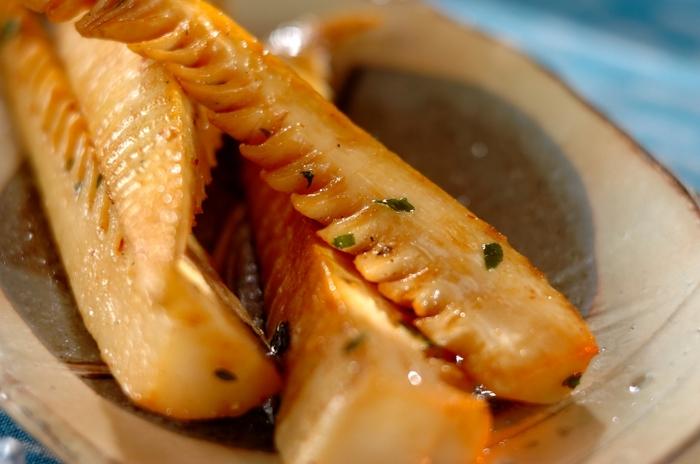 間違いなしの「タケノコのバター醤油焼き」。シャキシャキ食感のタケノコとコクのあるバター醤油の相性はばっちり。木の芽を散らすことで旨味を一層引き立ててくれます。