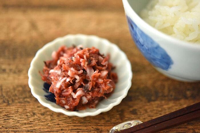 白ご飯にそのままのせたい「梅かつお」。肉や練り物との相性もよく、自在に使える万能薬味おかずです。かつお節の旨味とねぎの食感が梅のよさを引き立ててくれています。