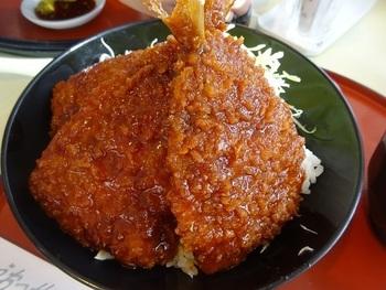 「鰯ソースかつ丼」は、サクサクの鰯フライがのった珍しい丼ぶり。鰯は脂がのっていてふっくらやわらかです。揚げたてアツアツを頬張りましょう。丼ぶりもののほか、魚の煮つけや一夜干しなど、どれも食べてみたくなるメニューがそろっています。
