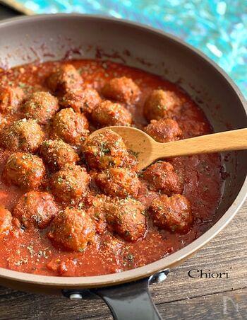"""肉と一緒にトマトの栄養も摂れる「ミートボールのトマト煮込み」。濃厚ソースにするためには""""あらごし""""のトマト缶を使うのがポイントです。このままパスタにしても◎"""