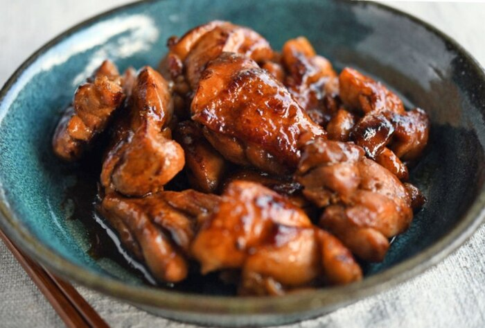 ちょっぴり大人の味付け「鶏肉のゆずこしょう焼き」。爽やかな辛味がくせになる、ぷりぷりの照り焼きがフライパンで簡単に作れます。焼き鳥丼にしてもよさそうですね。