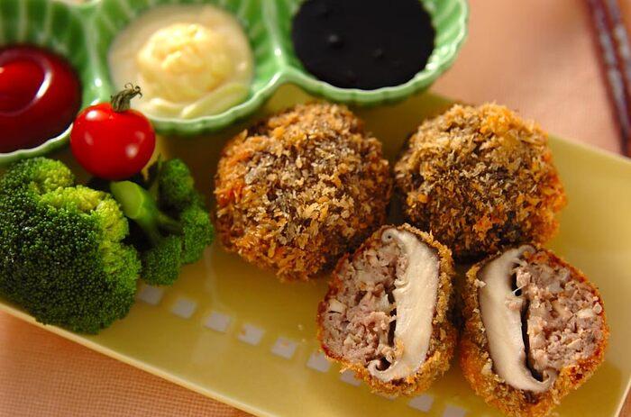 断面まで美味しそうな「シイタケの肉詰めフライ」。肉厚なシイタケと肉をとじ込めて揚げるから、ひとくち目から旨味が爆発!好みのソースを添えていろいろな味で楽しむのも◎