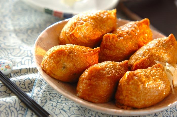 じゅわっと甘味が広がる「いなりずし」。甘い煮汁を吸ったお揚げの中には、シャキシャキ根菜入りの酢飯を詰め込んで、食感も楽しめます。