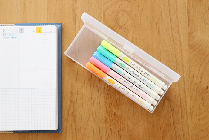 ダイソーのマーキングペンは5本セットになっていて、パステルカラーとアッシュカラーがあります。 スリムでペンケースに並べても、隙間なくすっきり収納できます。 淡いクリーム色にポップなキャップで、両方揃えたくなるかわいさです。
