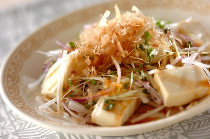 糖質少なめな野菜・大根と豆腐のサラダ。和風ドレッシングでさっぱりといただきます。柚子胡椒が豊かに香り、味のポイントに。和朝食のうれしい一品です。
