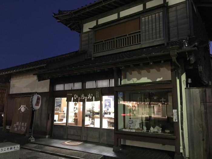 """古くから醤油造りで栄えてきた銚子で、1630年創業から続く「銚子山十」。趣きのある外観に歴史を感じますね。こちらの『ひ志お』は、その見た目からお箸でつかめる""""食べる醤油""""として、今改めて注目されている調味料です。"""