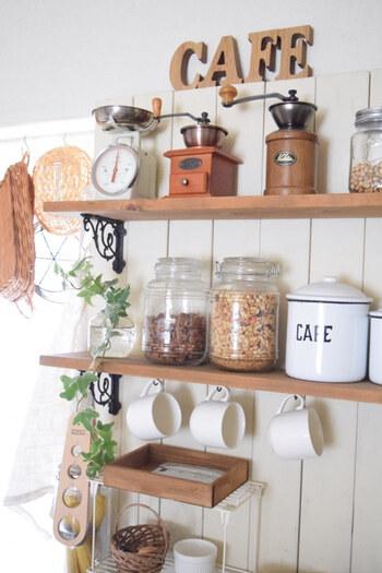 ウォールラックやカウンター上野棚に、ケトルやコーヒーミル、キャニスターなど、お気に入りのキッチンツールをディスプレイするとカフェのような雰囲気に。フックでカップを吊るしたり収納方法を工夫するのも◎おしゃれで取り出しやすく一石二鳥のアイデアです。