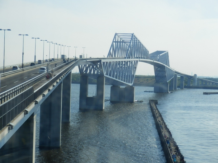 若洲海浜公園・江東区立若洲公園のすぐそばにある「東京ゲートブリッジ」。歩いて渡れることをご存じでしょうか?全長約2.6kmの橋は、若洲方面から渡ると大田区の城南島まで行くことができます。交通量の多い橋ですが、歩道が整備されているので安心ですよ。