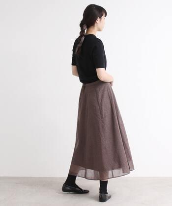 やや淡い色合いのブラウンにコットンの花柄が印象的なスカート。エアリーで可憐...ニュアンスのある着こなしを楽しんで。