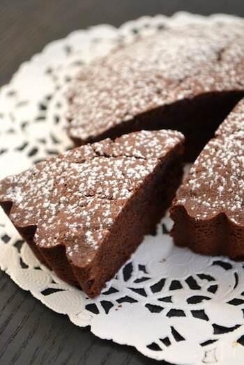 誰もが大好きなガトーショコラを、小麦粉・バター・白砂糖なしで。外はさっくり、中はしっとりの本格的な味わいです。