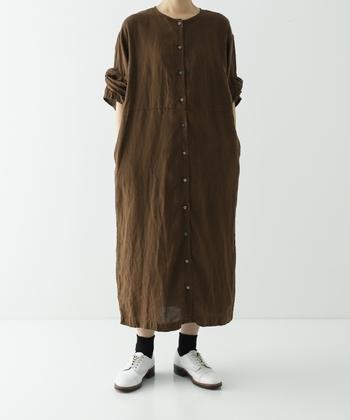 シンプルな前開きデザインのロング丈ワンピース。落ち着きのあるブラウンカラーを選べば、秋口の羽織りものとしても重宝しますよ。