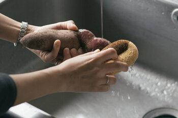 じゃがいもやサツマイモなど根菜類の泥汚れを落とすには、パーム椰子や、シュロのたわしでささっと洗ってあげると表面を簡単にきれいにすることができます。