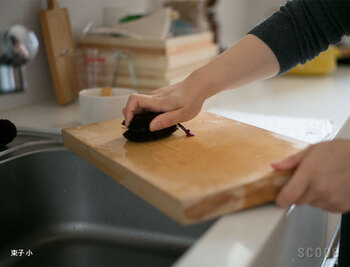 まな板の包丁傷といった細かい部分の汚れを落とすには、シュロたわしが最適。細い繊維が奥まで入り込んで、しっかりと汚れを落としてくれます。ホーロー鍋もシュロたわしで洗えます。