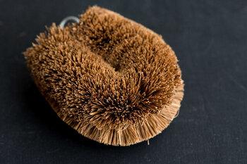 ◆パーム椰子(ヤシ):適度な硬さがあり、汚れを掻きだしたり、擦り取ったりする洗い方が得意です。繊維そのものが硬いので、洗うものに傷をつけやすいというデメリットもあります。