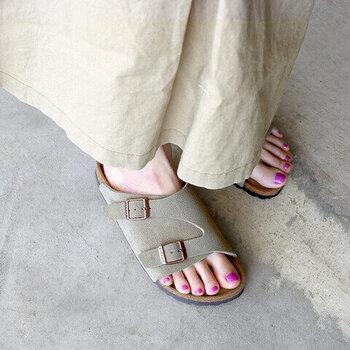 コンフォートサンダルには、大きく2種類に分けられます。まず代表的なものが「つっかけ」タイプのサンダル。足をさっと入れて履けるので、脱ぎ履きが多い場面でももたつきません。ブランドでは「birken stock(ビルケンシュトック)」が代表的。インソールがコルクになっているものが多く、クセになる履き心地の良さ。ただし、雨や水に弱いのが難点です。