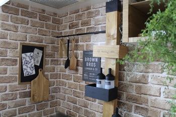 壁の質感を変えたい場合は、壁の一部に木材風やレンガ調、タイル調のリメイクシートを貼ってアレンジするのもおすすめ。貼って剥がせるので、これなら賃貸の方にも気軽にチャレンジできますね。