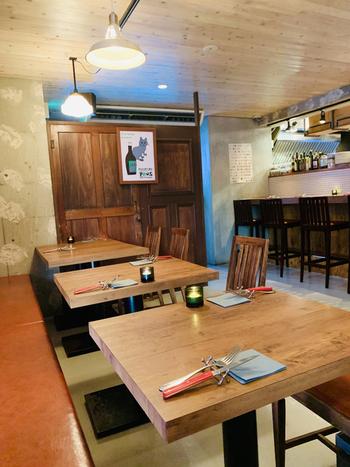 """清澄白河駅から徒歩5分のところにある「フジマル醸造所」は、1階がワイナリーで、2階にレストランを構えています。""""都市型ワイナリー""""をコンセプトにしていて、世界中から厳選した約200種類のワインとイタリアンベースのお料理がいただけます。"""