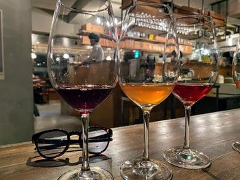 お店には赤や白、ロゼやシャンパーニュなどさまざまなスパークリングワインがそろっています。飲み比べするのも楽しいですね。