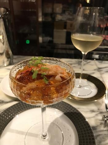 お料理はシャンパーニュとの相性にこだわった渾身の一品。アラカルトとコースがあるので、シーンに合わせてセレクトしてみてください。