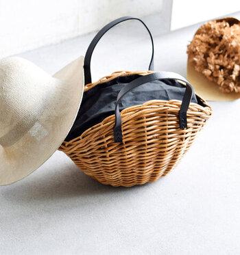 アンティークな風合いの舟形のカゴバッグは、どんなスタイルにもなじんでくれる優れもの。Tシャツワンピの放つナチュラルさを残しつつ、コーデを引き締めてくれそう☆本革の黒ベルトがスマートな印象を与え、大人の女性が持つのにふさわしいカゴバッグです。